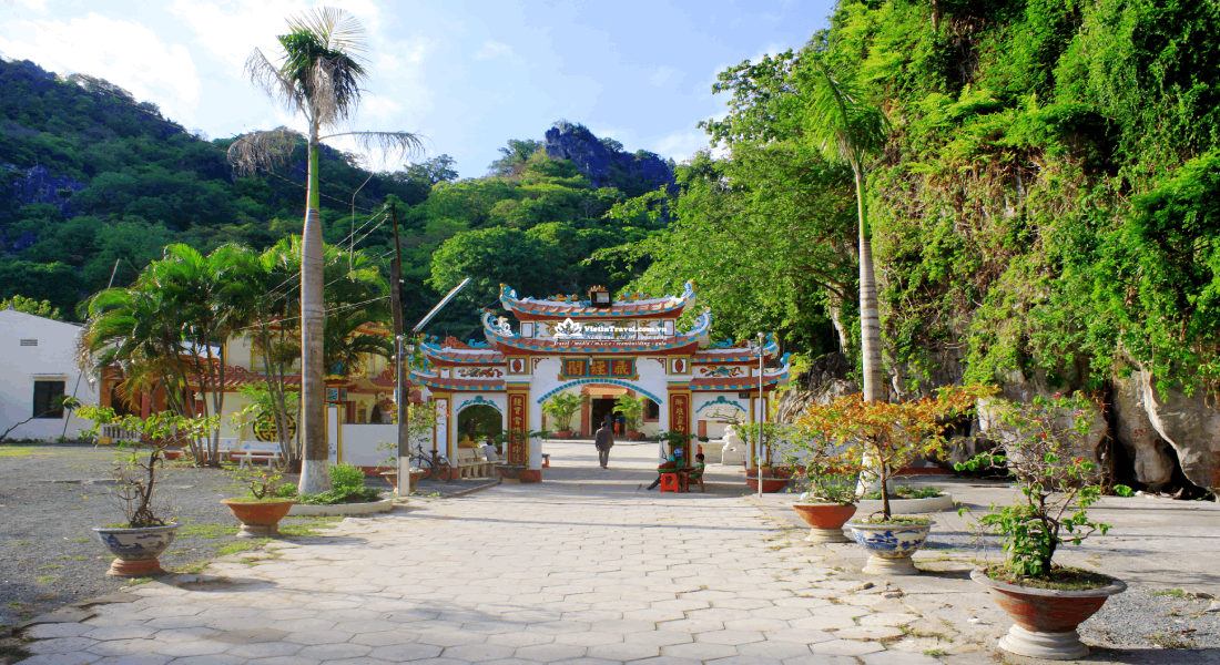 2. chua-hang-ha-tien-vietintravel